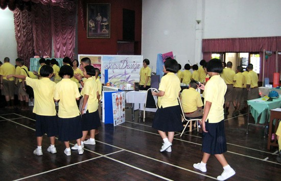 200 Students Speak English at an Exposition